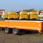 Tandem platform trailer with side plates for transport of cable drums, mobile machines, ramp planks
